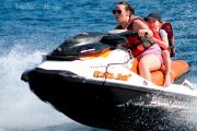 Madre y Hija en un jet ski